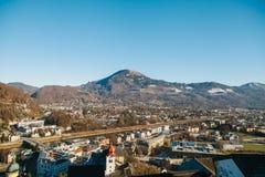 Visión desde un punto álgido a la ciudad histórica de Salzburg Una ciudad en Austria occidental, la capital del estado federal de Imágenes de archivo libres de regalías