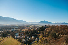 Visión desde un punto álgido a la ciudad histórica de Salzburg Una ciudad en Austria occidental, la capital del estado federal de Foto de archivo