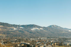 Visión desde un punto álgido a la ciudad histórica de Salzburg Una ciudad en Austria occidental, la capital del estado federal de Fotografía de archivo