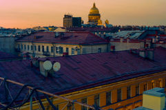 Visión desde un tejado a la catedral del ` s del St Isaac Fotografía de archivo
