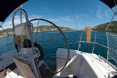 Visión desde un timón del barco de vela Fotos de archivo libres de regalías