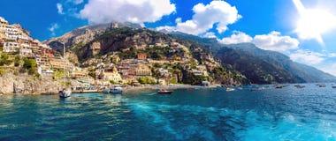 Visión desde un yatch navegante de la costa de Nápoles en Italia imagenes de archivo