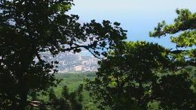Visión desde una alta montaña a una ciudad por la costa de mar
