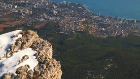 Visión desde una alta montaña a una ciudad en la costa del Mar Negro almacen de video