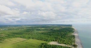 Visión desde una altura del paisaje natural con el mar y las colinas almacen de metraje de vídeo