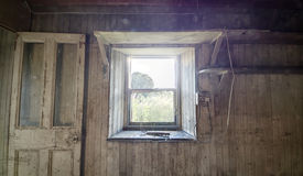 Visión desde una cabaña abandonada Imagen de archivo libre de regalías