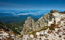 Visión desde una colina rocosa Bosque y lago en el valle fotos de archivo