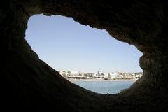 Visión desde una cueva en el mar Imágenes de archivo libres de regalías
