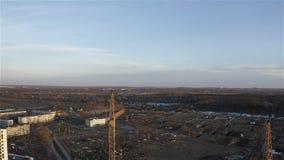 Visión desde una grúa de gran altura en un emplazamiento de la obra en una nueva área residencial almacen de metraje de vídeo