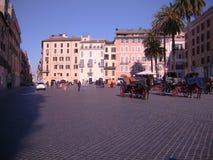 Visión desde una plaza en Roma, Italia Imagenes de archivo