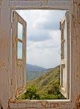 Visión desde una ventana blanca vieja Fotos de archivo