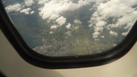 Visión desde una ventana del aeroplano en el océano metrajes