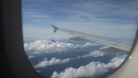 Visión desde una ventana del aeroplano en el océano almacen de video