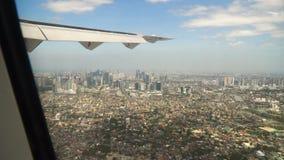 Visión desde una ventana del aeroplano Manila, Filipinas almacen de metraje de vídeo