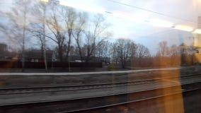 Visión desde una ventana del tren rápidamente que va almacen de video