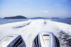 Visión detrás del barco de la velocidad con el mar y la onda Imagen de archivo