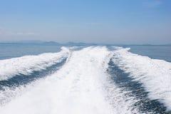 Visión detrás del barco de la velocidad con el mar y la onda Foto de archivo libre de regalías