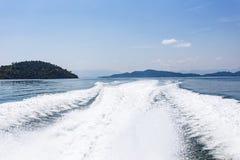 Visión detrás del barco de la velocidad con el mar y la onda Fotos de archivo