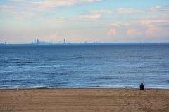 Visión distante desde la línea de la playa Imagen de archivo libre de regalías