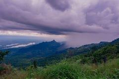 Visión dramática en las montañas durante las fuertes lluvias en Tailandia Hay nubes y corrientes muy oscuras de la lluvia Fotografía de archivo