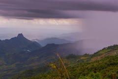 Visión dramática en las montañas durante las fuertes lluvias en Tailandia Hay nubes y corrientes muy oscuras de la lluvia Fotografía de archivo libre de regalías