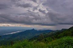 Visión dramática en las montañas durante las fuertes lluvias en Tailandia Hay nubes y corrientes muy oscuras de la lluvia Imágenes de archivo libres de regalías