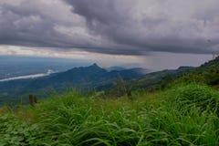 Visión dramática en las montañas durante las fuertes lluvias en Tailandia Hay nubes y corrientes muy oscuras de la lluvia Fotos de archivo