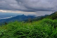 Visión dramática en las montañas durante las fuertes lluvias en Tailandia Hay nubes y corrientes muy oscuras de la lluvia Imagen de archivo libre de regalías