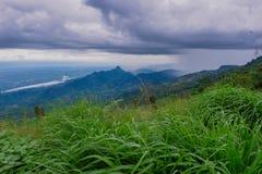 Visión dramática en las montañas durante las fuertes lluvias en Tailandia Hay nubes y corrientes muy oscuras de la lluvia Fotos de archivo libres de regalías