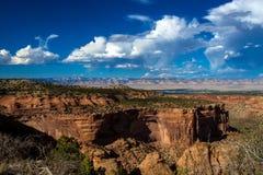 Visión dramática que parece del este sobre Grand Junction del monumento nacional de Colorado fotografía de archivo libre de regalías