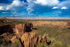 Visión dramática que parece del este sobre Grand Junction del monumento nacional de Colorado imágenes de archivo libres de regalías
