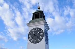 Visión durante el día de invierno hermoso en la torre con un reloj en la fortaleza de Petrovaradin Fotografía de archivo libre de regalías