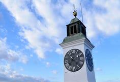 Visión durante el día de invierno hermoso en la torre con un reloj en la fortaleza de Petrovaradin Imagen de archivo libre de regalías