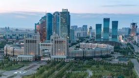 Visión elevada durante el día del distrito financiero del centro y de la central de ciudad a la noche Timelapse, Asia Central, Ka metrajes