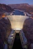 Visión elevada en la oscuridad de la Presa Hoover Imagenes de archivo