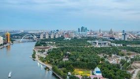 Visión elevada sobre el centro de ciudad con el río y el parque y día central del distrito financiero a la noche Timelapse, centr almacen de video