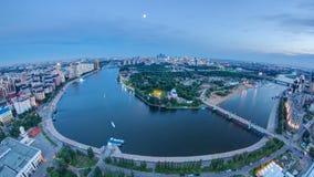 Visión elevada sobre el centro de ciudad con el río y el parque y día central del distrito financiero a la noche Timelapse, centr almacen de metraje de vídeo