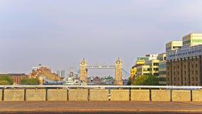 Visión a elevarse puente sobre el río Támesis en Londres Imagen de archivo libre de regalías