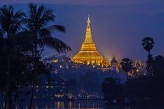 Visión en el amanecer de la pagoda de Shwedagon Imagenes de archivo