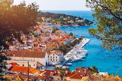 Visión en el archipiélago que sorprende con los barcos delante de la ciudad Hvar, Croacia Puerto de la ciudad adriática vieja Hva foto de archivo libre de regalías