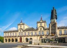 Visión en el ayuntamiento con el monumento en Barcelos, Portugal Fotos de archivo