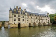 Visión en el castillo francés de Chenonceau del lado oeste con el río Cher imagenes de archivo
