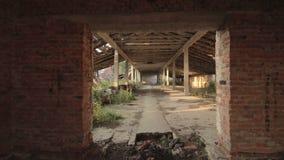 Visión en el edificio abandonado destruido del establo en el pueblo viejo en Bielorrusia almacen de metraje de vídeo