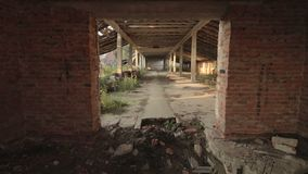 Visión en el edificio abandonado destruido del establo en el pueblo viejo en Bielorrusia almacen de video