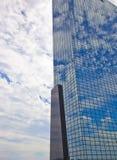 Visión en el edificio de oficinas moderno con el cielo azul y las nubes en Rotterdam, los Países Bajos Imagenes de archivo