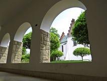 Visión en el monasterio histórico en Polonia a través del pasillo del arco Fotos de archivo