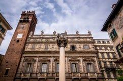 Visión en el Palazzo antiguo Maffei en el delle Erbe de la plaza en Verona imagen de archivo libre de regalías