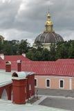 Visión en el Peter y Paul Fortress en el tiempo nublado Imagenes de archivo