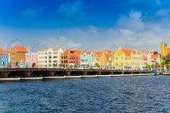 Visión en el puente del pantoon y en el centro de la ciudad en Willemstad, Curaçao foto de archivo libre de regalías