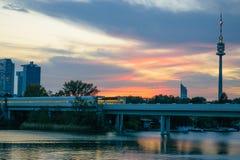 Visión en el puente sobre Danubio en la puesta del sol colorida en Viena foto de archivo